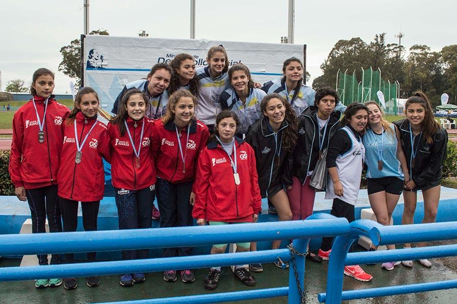 El equipo de las mendocinas en lo más alto del podio, junto a sus rivales de Santa Fe y La Pampa, segundas y terceras respectivamente.