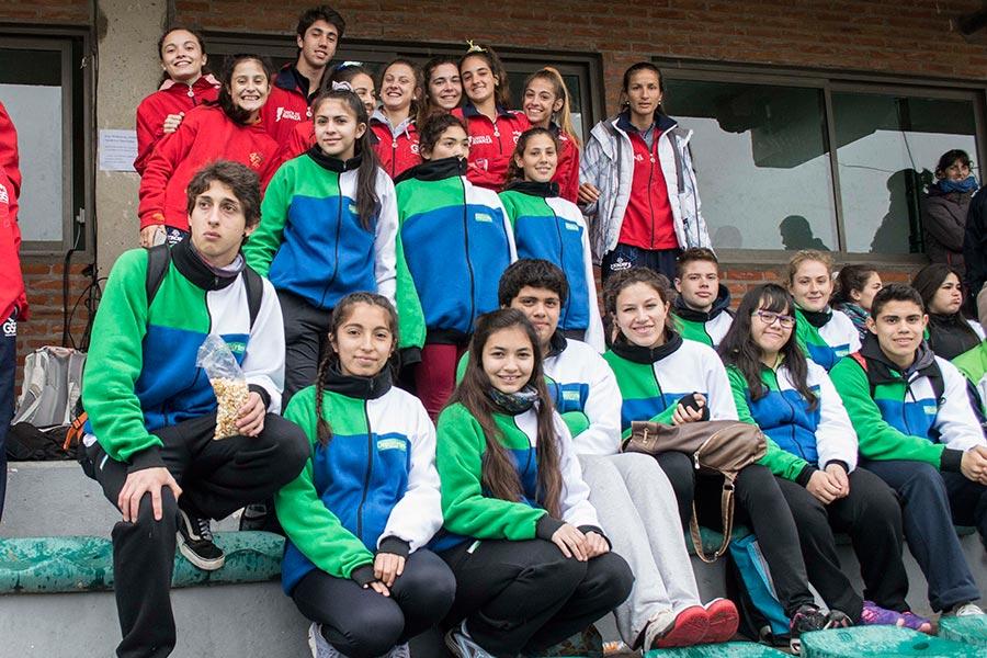 Las delegaciones se integran en las tribunas del EMDER, aquí los chicos de Corrientes junto a los de Salta.