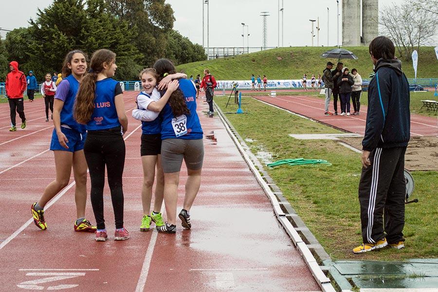 Las chicas de San Luis festejan haber participado de la posta integrada de 5x80 metros, aunque se quedaron a un paso del podio.