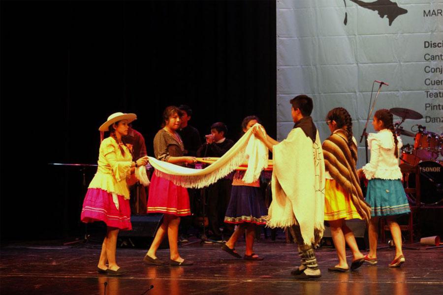 Chicos danzando el baile típico de su provincia.