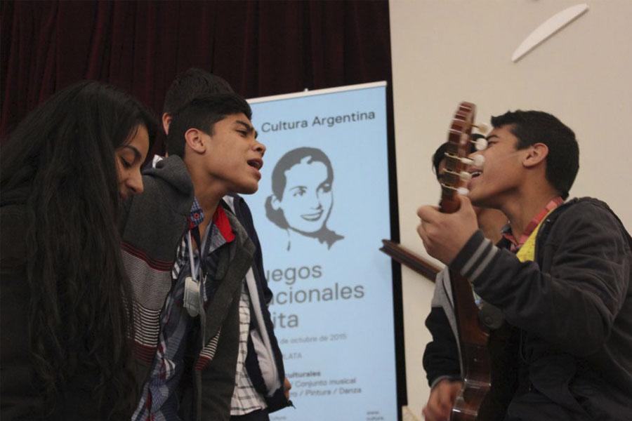Los mellizos tucumanos cantaron para el público expectante.