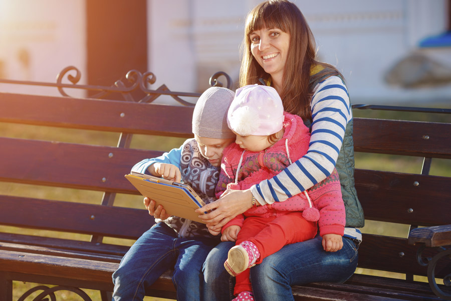 Imagen ilustrativa familia navegando en internet