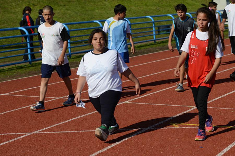 La joven atleta precalentando antes de la competencia.