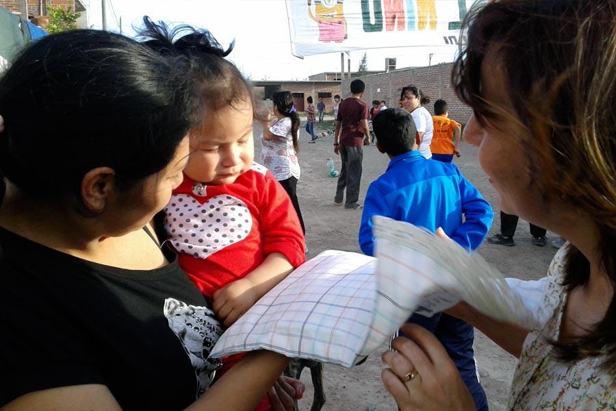 """Familias que participan de la asociación """"Caminar para crecer"""" recibieron 150 juegos de sábanas."""