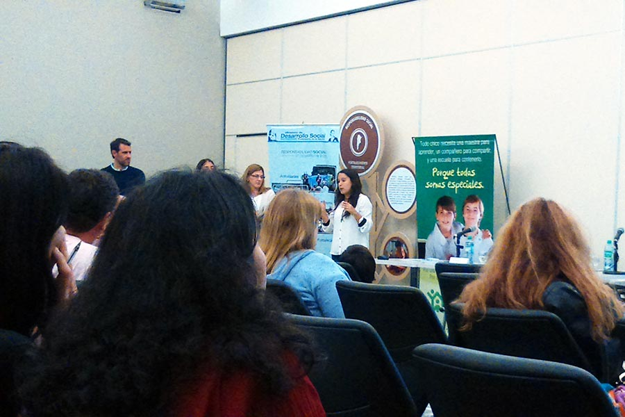 """Estudiantes de """"Cosiendo Redes"""" confeccionaron 100 sábanas de cuna para el Hospital Garrahan."""