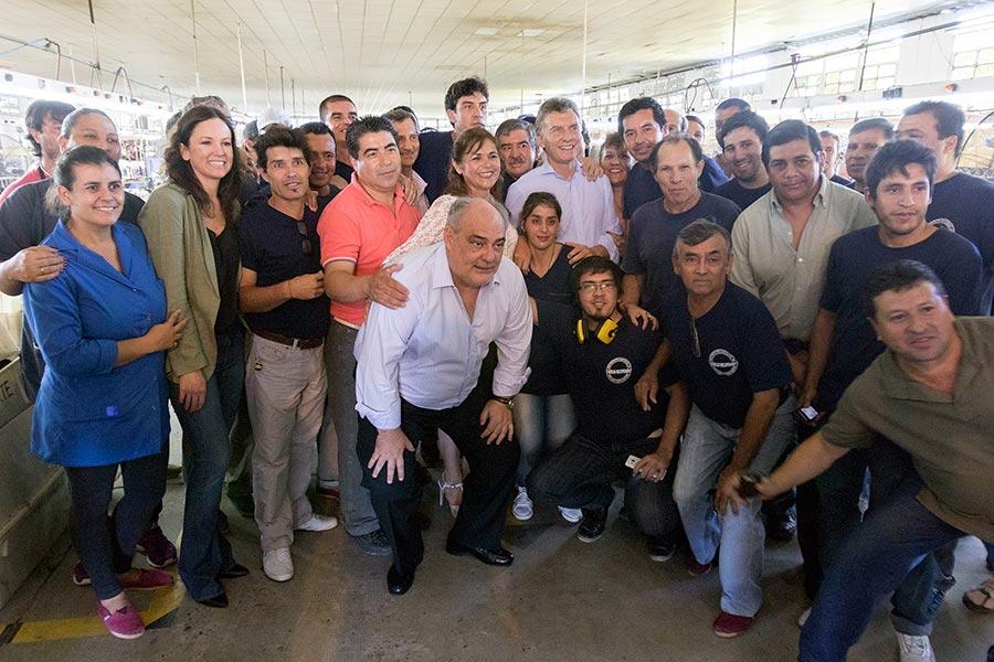 Mauricio Macri y Carolina Stanley junto a miembros de la Cooperativa Utrasa.