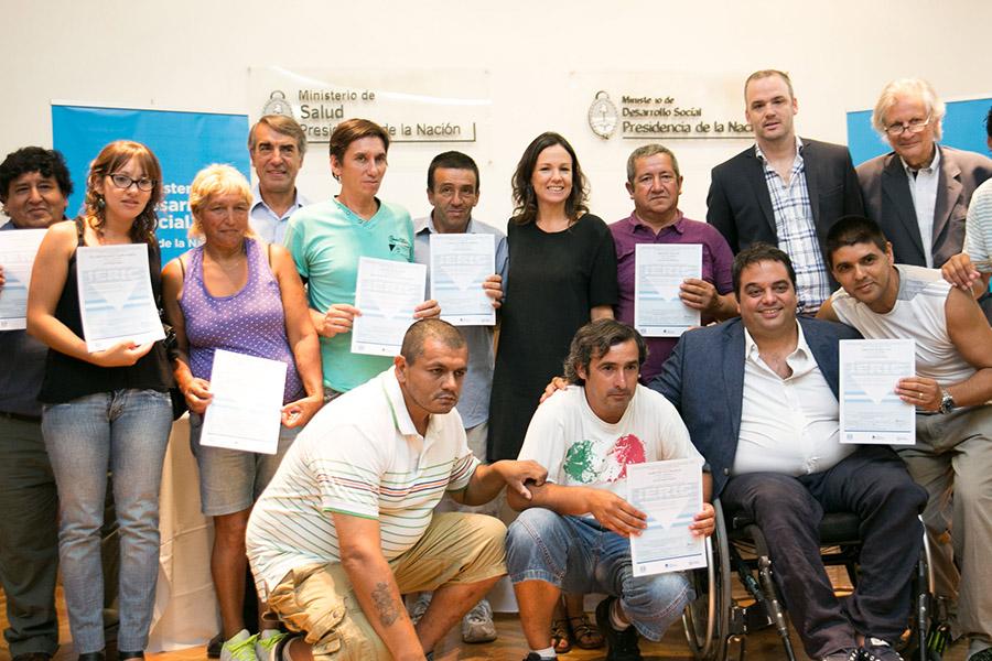 Carolina Stanley junto a trabajadores de Ingreso Social con Trabajo.