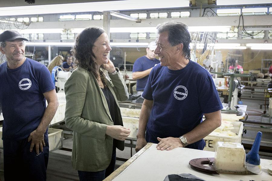 Carolina Stanley saludó a los cooperativistas, quienes le mostraron las instalaciones de la fábrica.