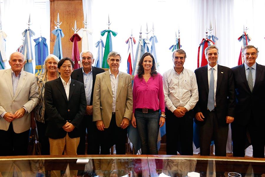 """La ministra Carolina Stanley junto a representantes del Foro """"De Habitantes a Ciudadanos""""."""