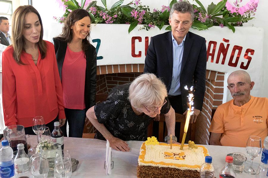 Macri, Stanley y Vidal en General Rodriguez festejando el cumpleaños de residentes del Hogar Benvenuto.