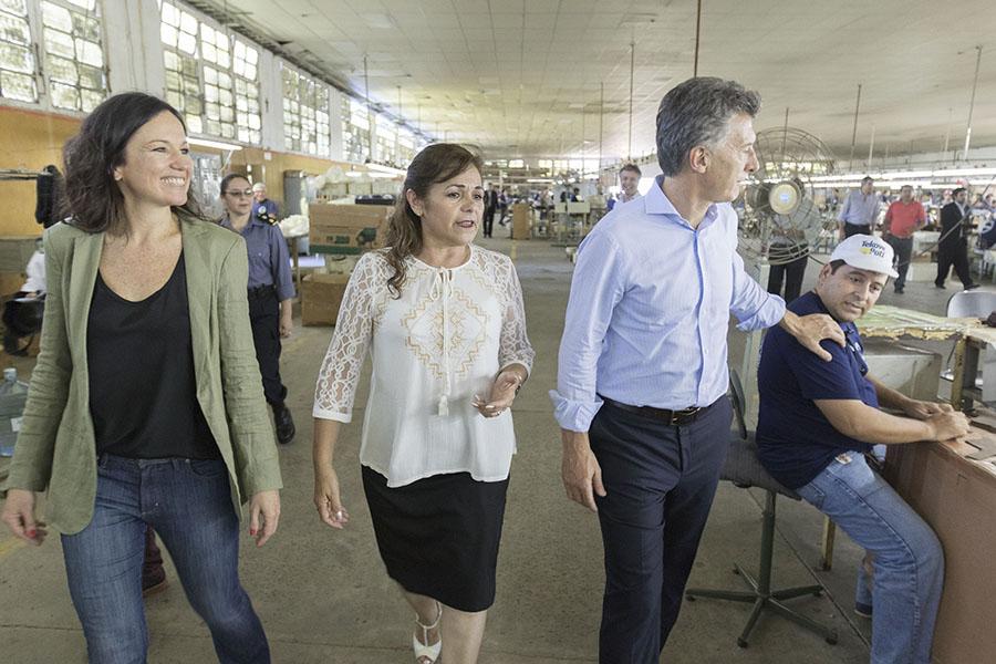 Durante su visita a Corrientes el Presidente y la ministra conversaron con los trabajadores de la cooperativa.