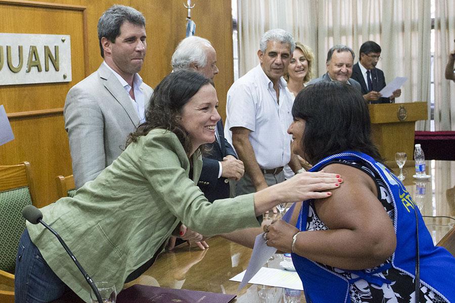 La ministra saludando a una de las cooperativistas que recibió su diploma.
