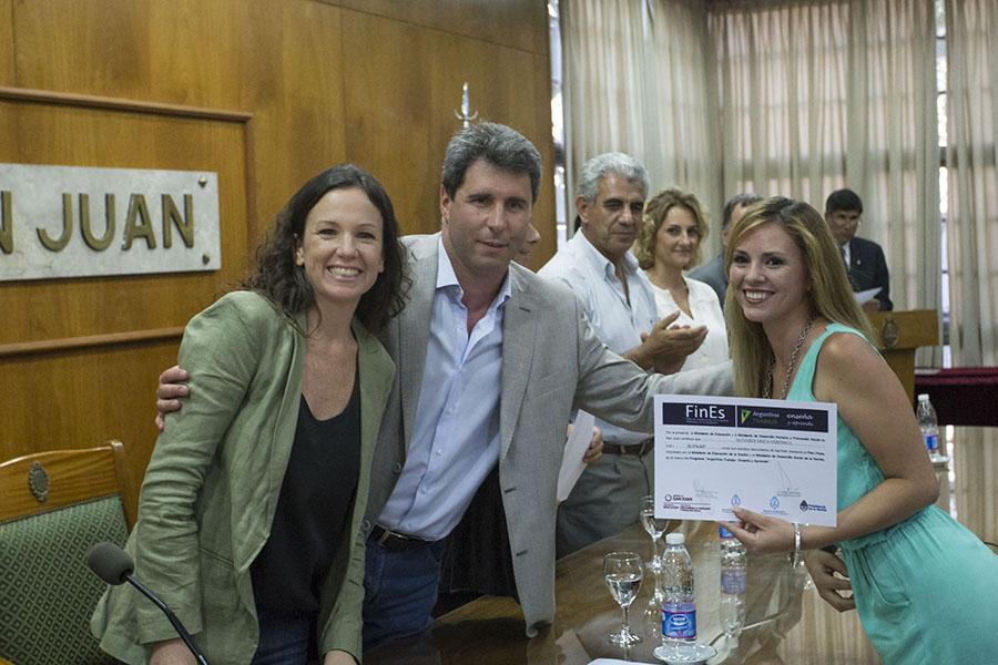"""Carolina Stanley junto al gobernador de San Juan, Sergio Uñac  durante la entrega de certificados del programa """"Ellas Hacen""""."""