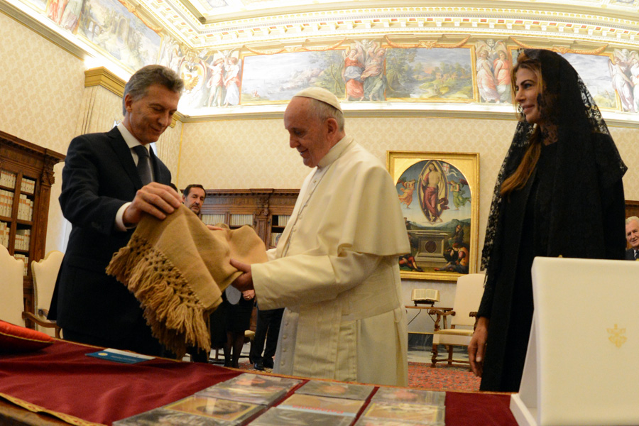 El Presidente Maucricio Macri cuando le entrega el poncho de Rua Chaky al Papa.