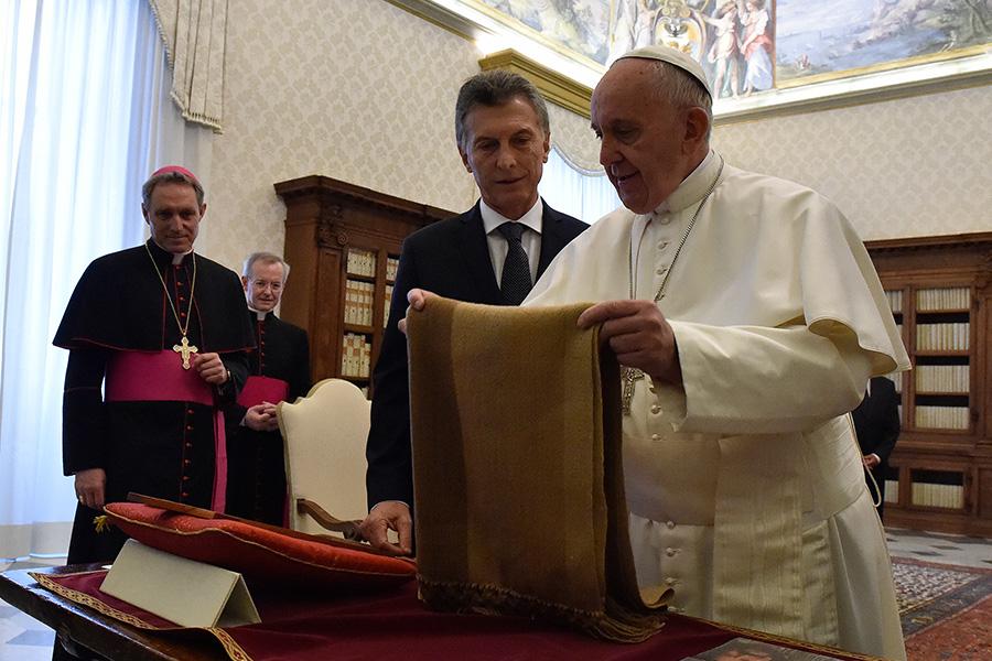 El Papa Francisco muestra el poncho tejido artesanalmente en Catamarca.