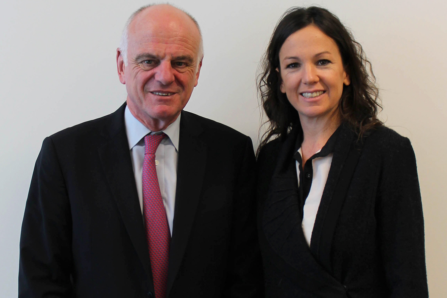 La ministra Carolina Stanley junto a David Nabarro.