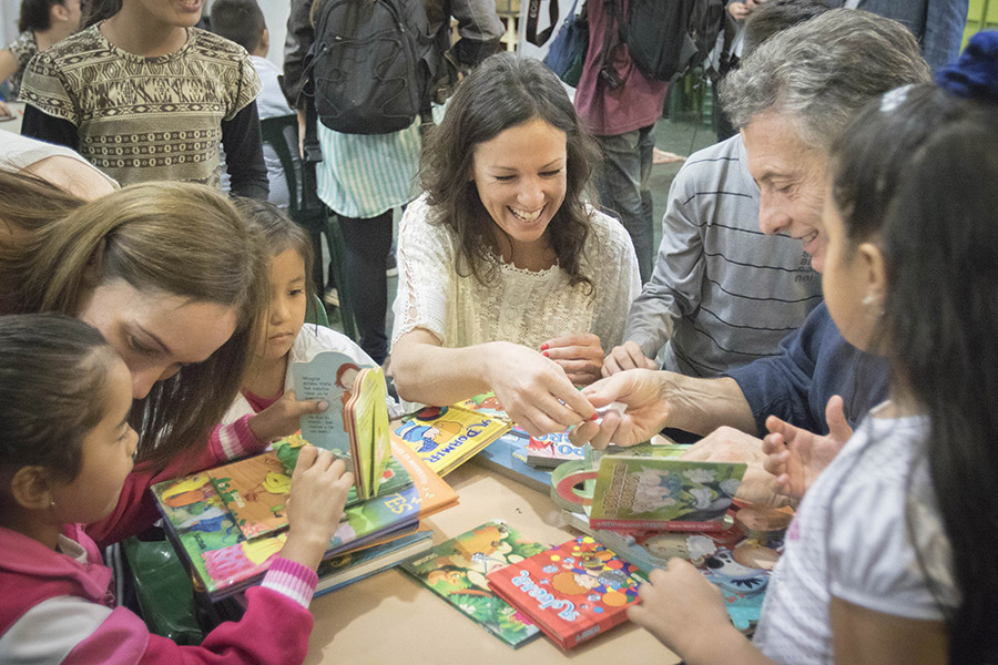 Además junto a Carolina Stanley y María Eugenia Vidal, el Presidente ayudó a los niños a armar rompecabezas.