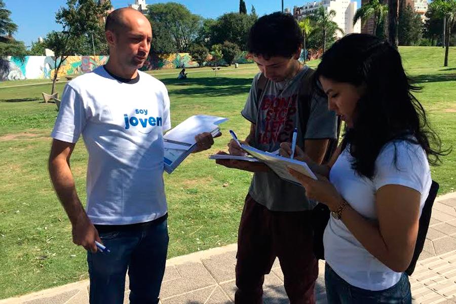 """Los jóvenes se informan sobre el programa """"Soy estudiante""""."""