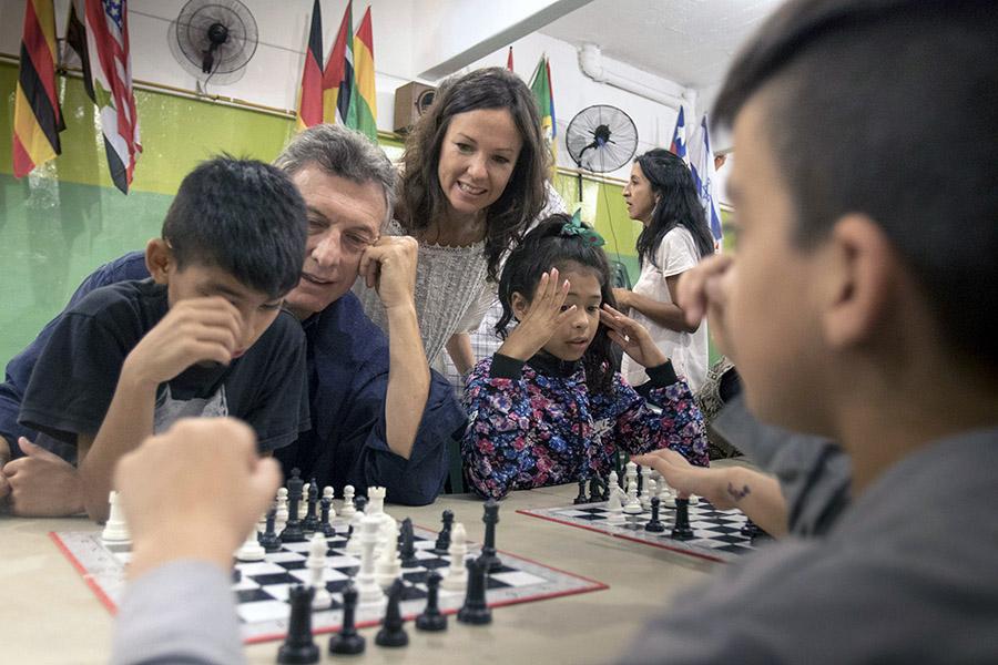 Mauricio Macri jugó al ajedrez con los chicos del Centro Comunitario  Renuevo.