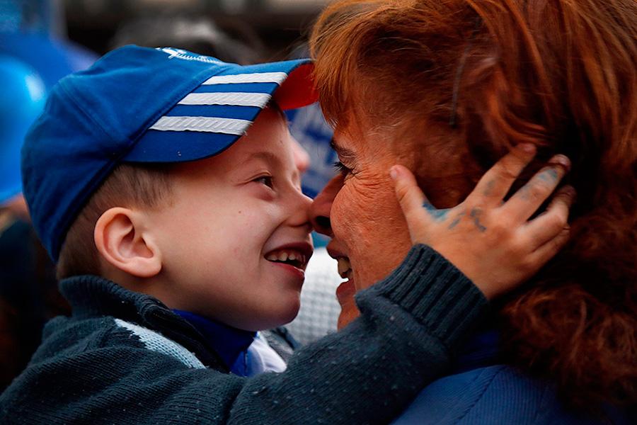 Imagen de niño con autismo y adulto