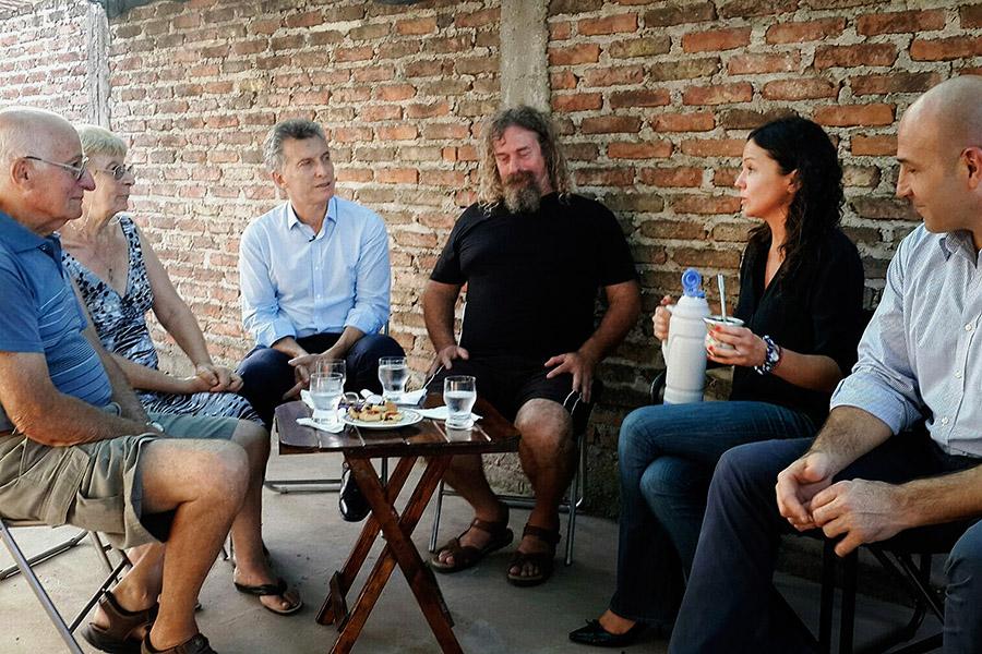 Vecinos de la Cooperativa de Consumo y Vivienda Quilmes le transmitieron a Mauricio Macri y Carolina Stanley su experiencia  en la urbanización del barrio.