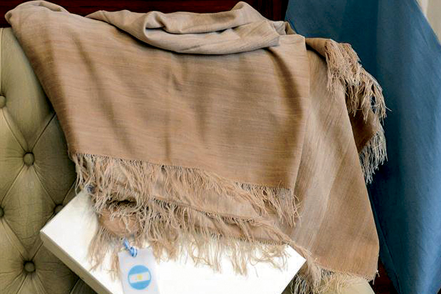 La manta se hizo con 1.500 hebras y fue tejida sobre un telar rústico en un solo paño de 1,30 metros de ancho.