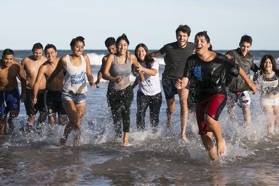 Los jóvenes de Merlo cuando llegaban a la playa.