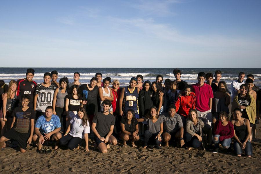 El subsecretario de Juventud, Pedro Robledo, junto a los jóvenes de Merlo.