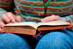 Ilustración de personas leyendo libros