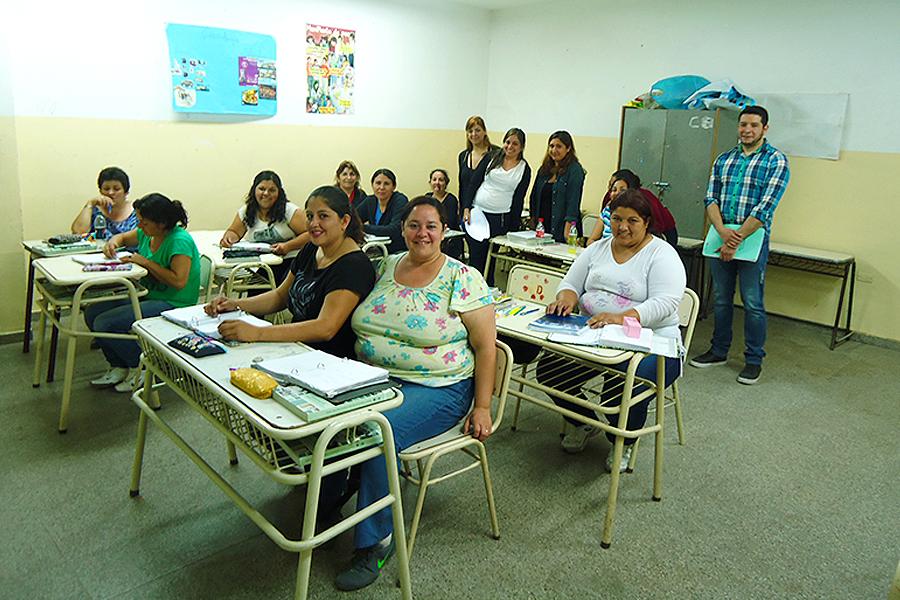 Mujeres cursando en las aulas