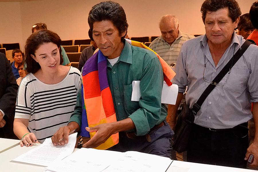 Foto que ilustra a personas de pueblos originarios en la presentación del Plan de Acción.