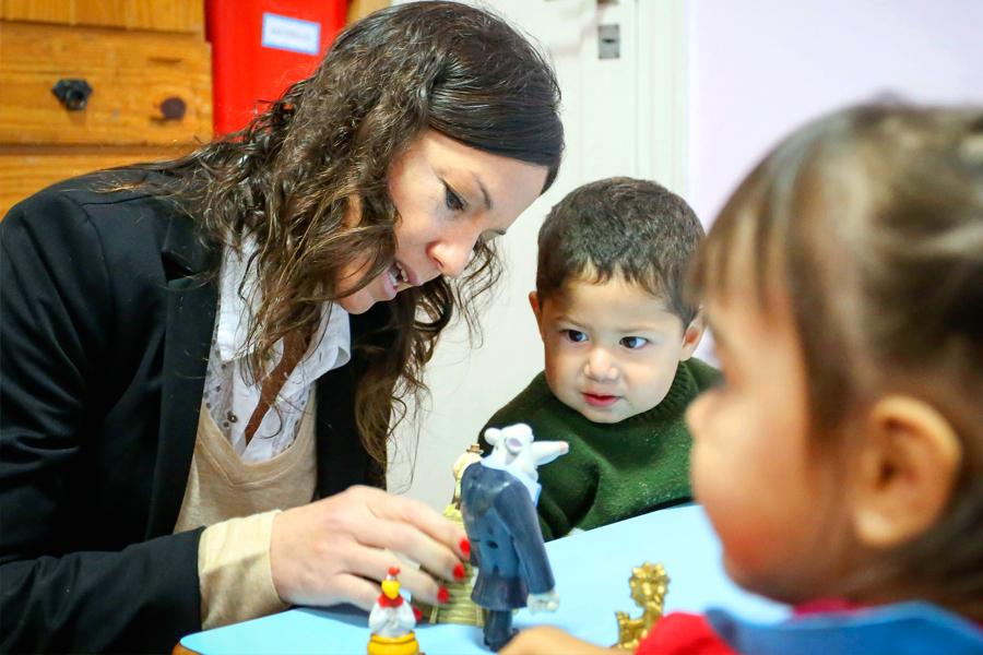 """La ministra de Desarrollo Scoial, Carolina Stanley, junto a los niños del centro de Desarrollo Infantil """"Chispitas""""."""