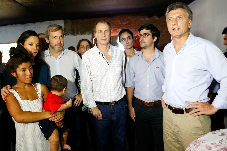 Imagen del Presidente junto a funcionarios del Gobierno