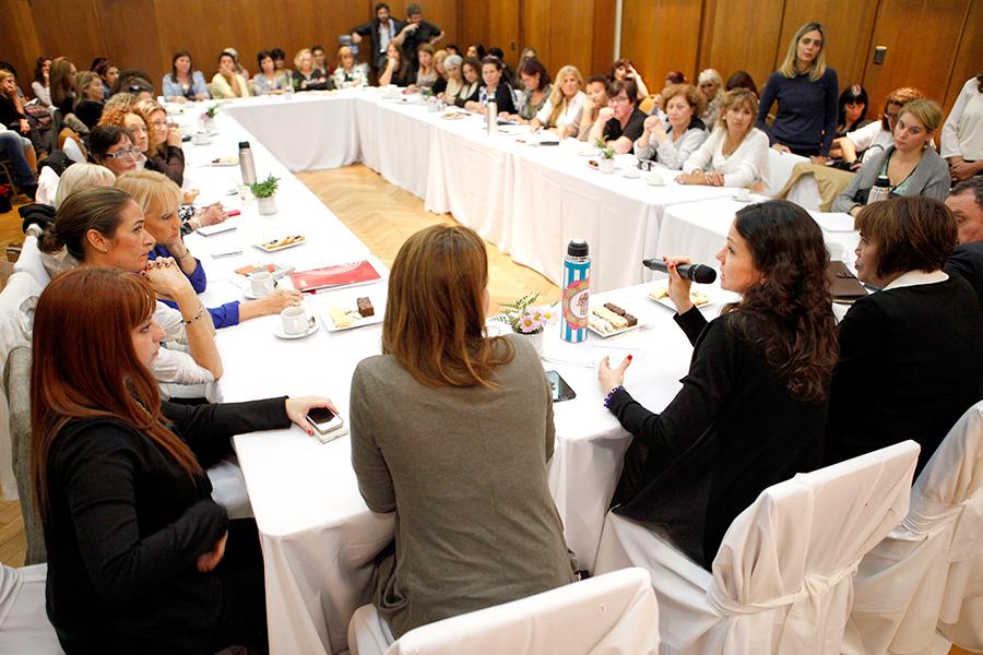 Las representantes de las organizaciones de mujeres. dialogan sobre las prioridades.