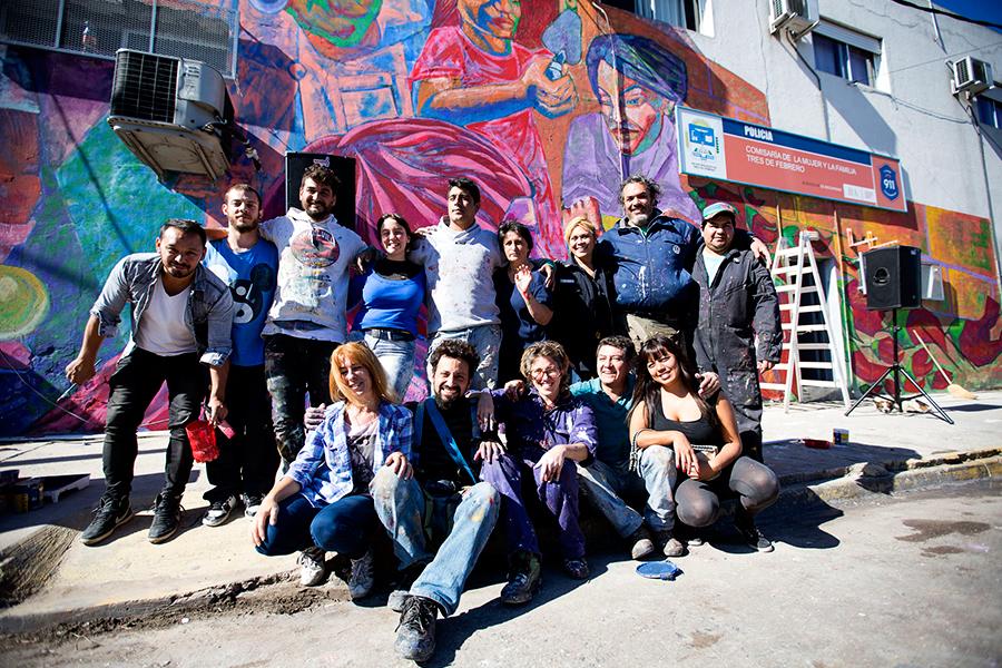 El grupo de participantes de las jornadas junto a la obra final.