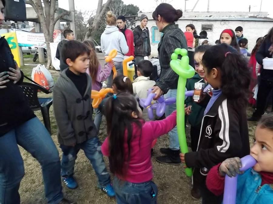 Los niños juegan en el Centro Integrador Comunitario del barrio Sanguinetti.