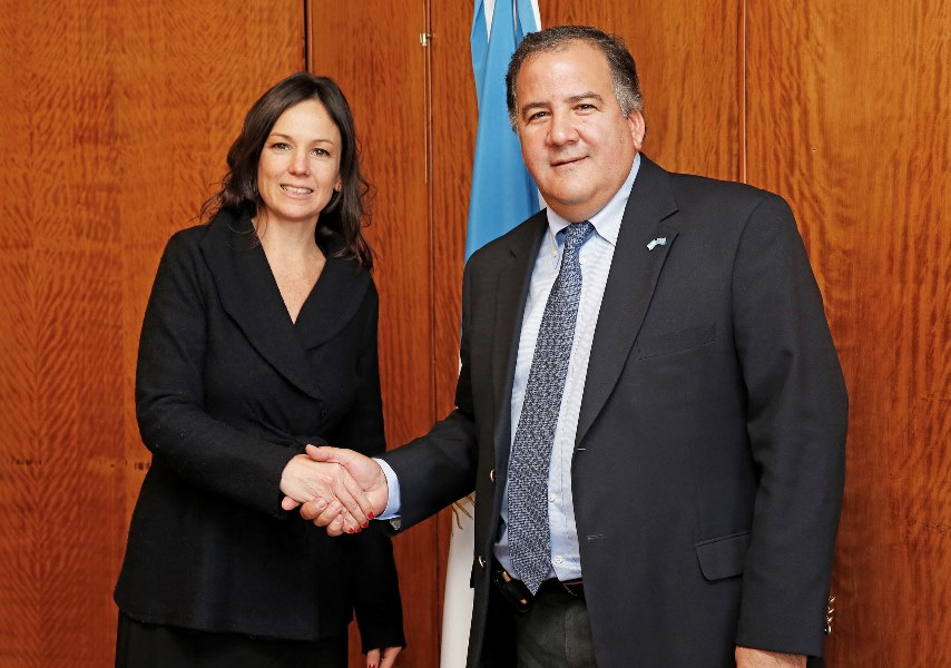 La ministra Carolina Stanley junto a Miguel Barreto durante el encuentro.