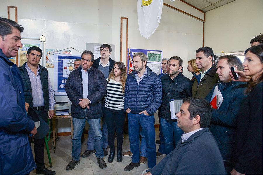 Los ministros también visitaron los centros de evacuados.