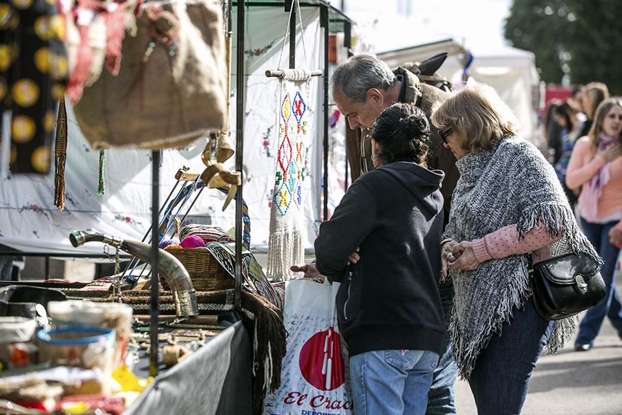 Vecinos visitando stand de artesanías