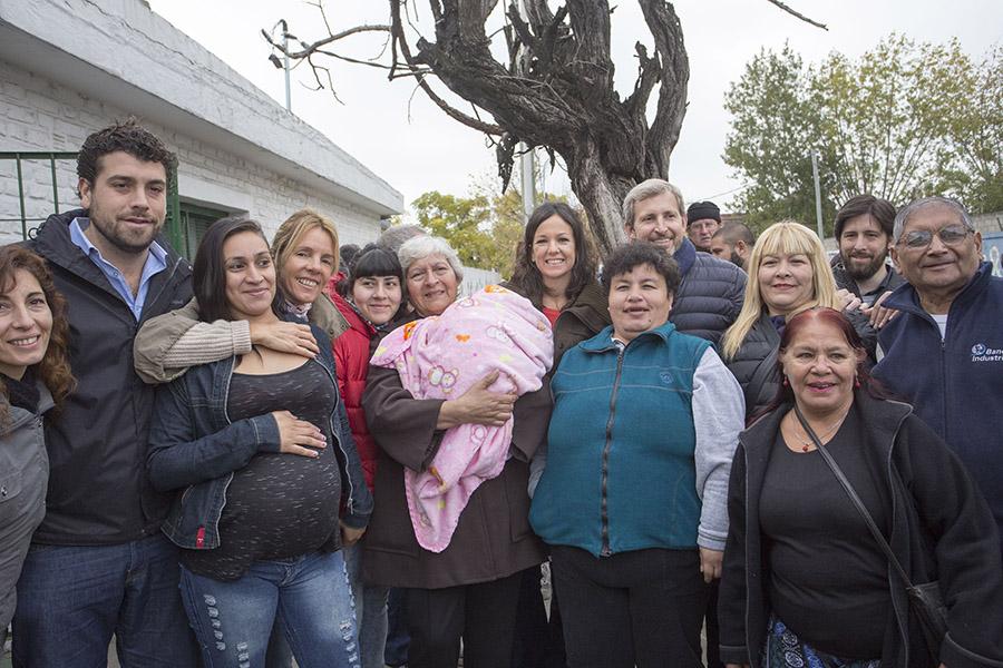 Imagen de los ministros con vecinos del barrio.