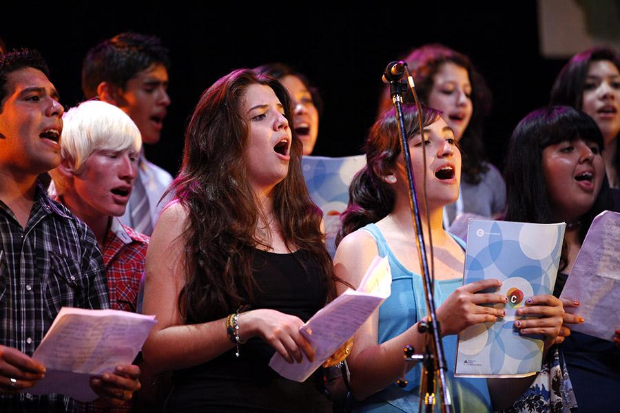 Imagen ilustrativa de personas cantando el himno nacional