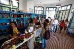 Las personas que visitan el Espacio Unzué en Mar del Plata pueden adquirir productos de economías regionales.