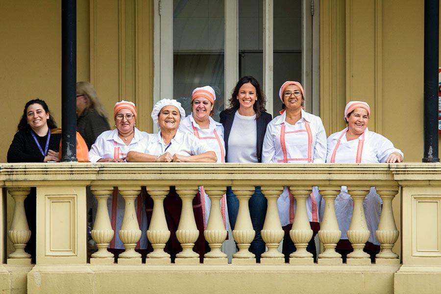 Ilustración de cocineras con Carolina Stanley en Casa Rosada