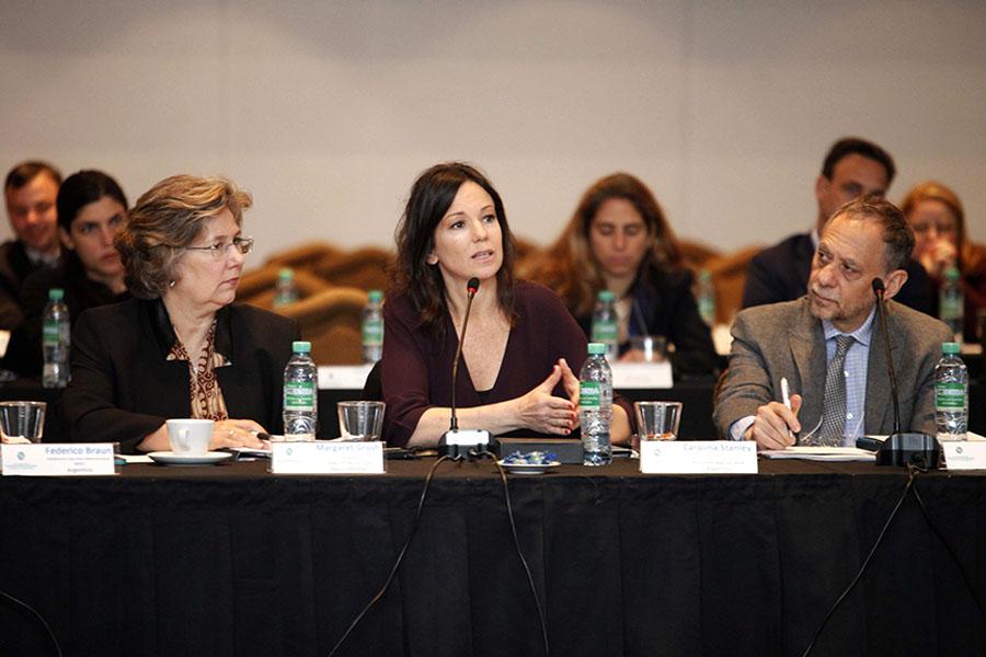 Imagen ilustrativa de la ministra hablando en la apertura de la cumbre.