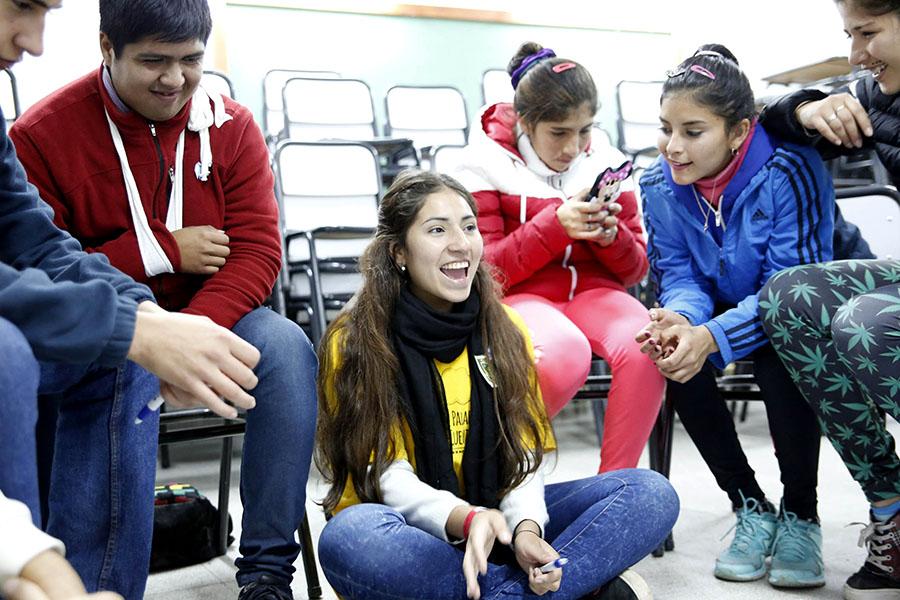 Imagen ilustrativa de jóvenes sentados en ronda, conversando.