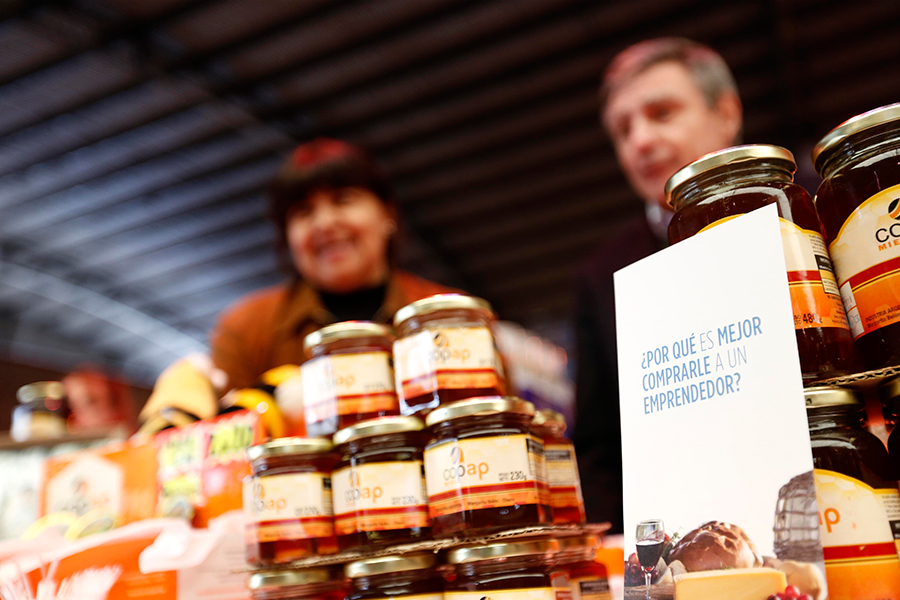 Elaboran miel cien por ciento de abeja, sin aditivos ni conservantes, la cual comercializan a granel, mediante acopiadores, y fraccionada, en envases de cuarto, medio y un kilo.