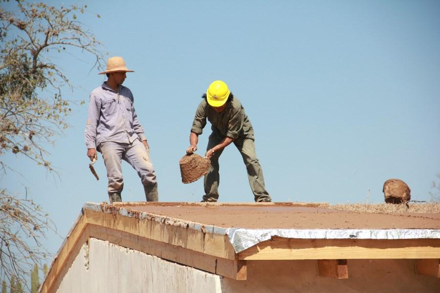 Cooperativistas construyendo una de las 31 viviendas del programa.