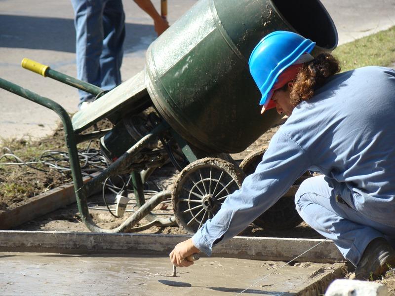 Cooperativista trabajando en la mejora de un colegio.