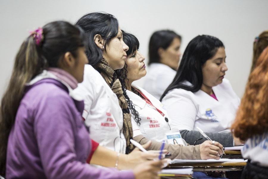Los participantes de los cursos de Cuidadores Domiciliarios durante el curso de la clase.