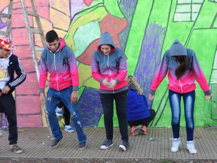 Imagenes de Jovenes y adultos mayores pintando Murales en la localidad de 9 de Julio y en La Plata.